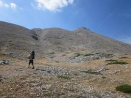 Rampas rocosas hacia la cumbre al dejar la pista de la Vallejona