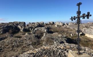 Desde lo alto de La Mesa se adivina el paisaje cárstico de todo el conjunto